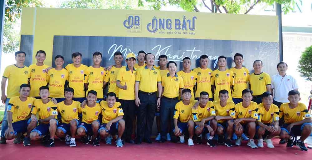 CLB Long An tái ngộ bầu Thắng trong ngày khai trương chi nhánh Cafe Ông Bầu tại Tân An